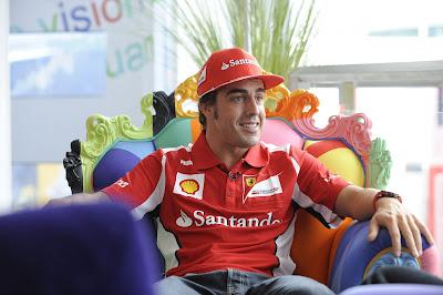 Фернандо Алонсо дает интервью на забавном кресле на Гран-при Великобритании 2012