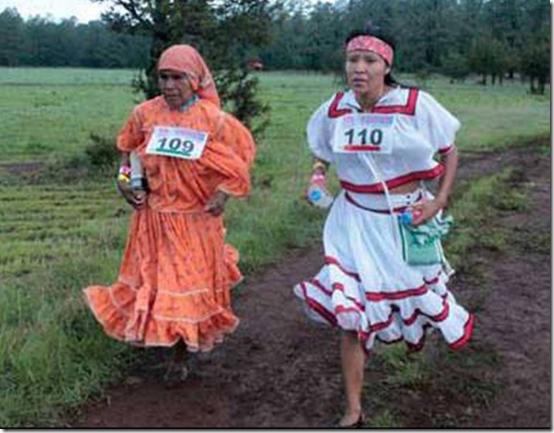 indigeneas mexicanas corriendo