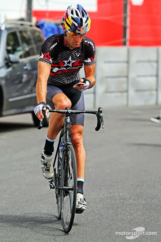 Марк Уэббер раскатывает на велосипеде по паддоку Гран-при Монако 2014