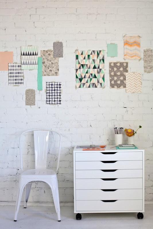pareti_creative_mattoni_bianchi_e_cartoline_geometriche