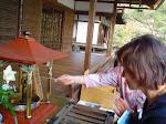 Święto urodzin Buddhy - polewanie posążka małego  Buddhy słodką herbatą.