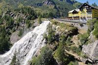 """Im Formazza-Sacktal am sehr eindrucksvollen Wasserfall """"Cascade del Toce""""."""