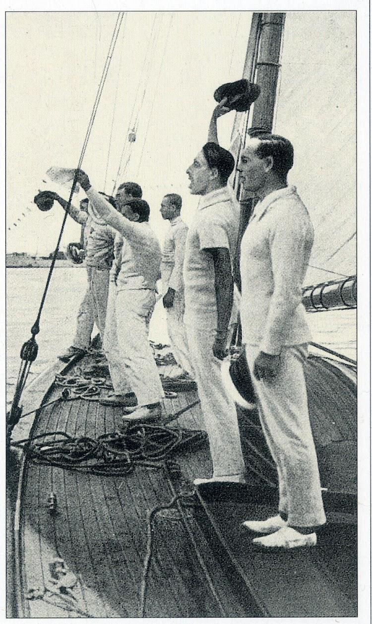 1910. regata Santander-San Sebastian. La tripulación del HISPANIA saludando. De la revista Chasse-Maree, numero 78.jpg