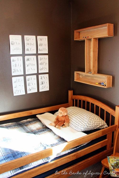 DIY letter I shelf from pallet wood
