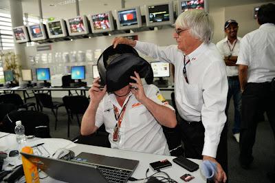 Берни Экклстоун троллит фотографа в пресс-центре на Гран-при Бахрейна 2013