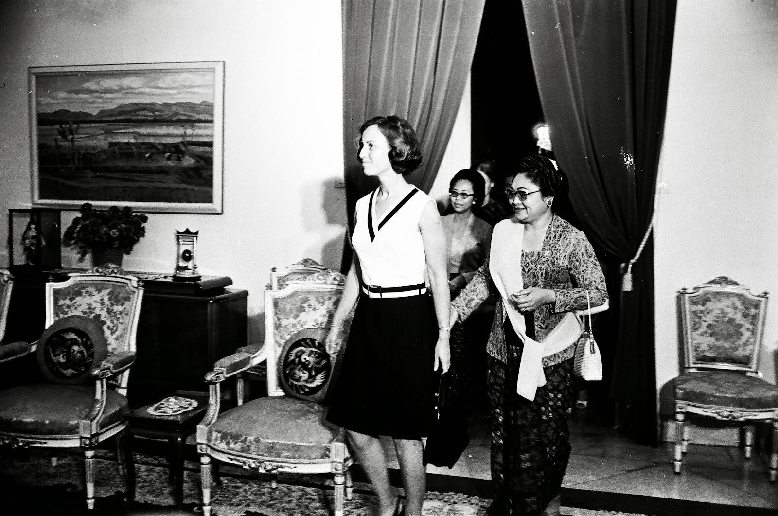 Presiden Soeharto dan Ibu Tien Menerima Ketua IGGI JP Pronk Beserta Nyonya Presiden