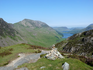 A cairn marks the way during our ascent ... and not a cloud in the sky ... yet!!