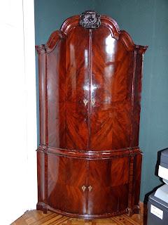 Антикварный угловой шкаф из красного дерева. 18-й век. Четыре дверки, внутри выдвижные ящики. 136/80/235 см. 6800 евро.
