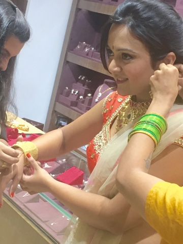 Manubhai Jewelers Mumbai, bridal gold jewelry online, online gold jewelry, indian bride wearing gold jewelry,traditional gold jewelry