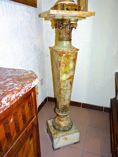 Антикварный постамент из мрамора. 19-й век. Мрамор, бронза. Высота 115 см. 4000 евро.