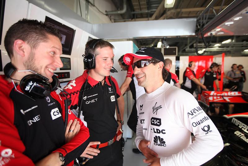 Тимо Глок развлекается с механиками на Гран-при Японии 2011