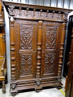 Платяной шкаф с двумя дверками. 19-й век. Дв дверки и два выдвижных ящика в нижней части. 4500 евро.