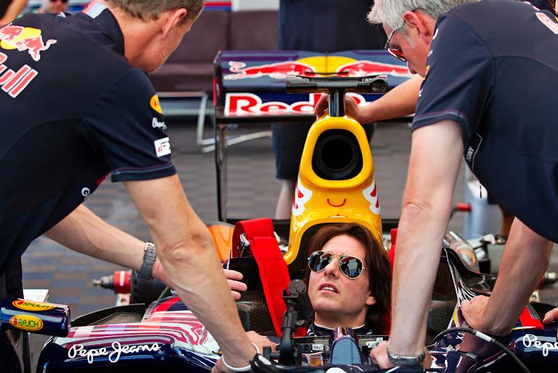 Том Круз берет уроки вождения болида Формулы-1 у Дэвида Култхарда