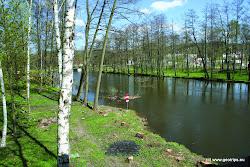 O 200 m dále za lavkou je nebezpečný jez, který je možný obeplout vodáckým kanálem na levé straně, který začíná ještě nad dřevěnou lavkou. Alternativně je možné splav obejít.