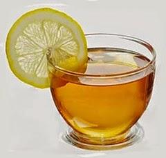 Tè verde in tazza di vetro con fettina di limone