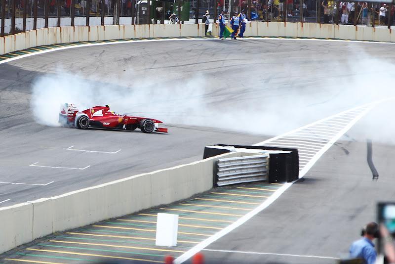 Фелипе Масса жжет резину на Ferrari после финиша гонки на Гран-при Бразилии 2011
