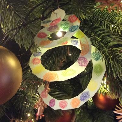 Weihnachtsschmuck hängt im Tannenbaum