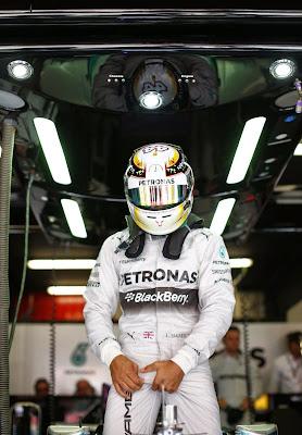 Льюис Хэмилтон держится за яйца в боксах на Гран-при Испании 2014