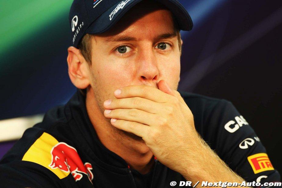 Себастьян Феттель закрывает рот ладошкой на пресс-конференции Гран-при Японии 2011