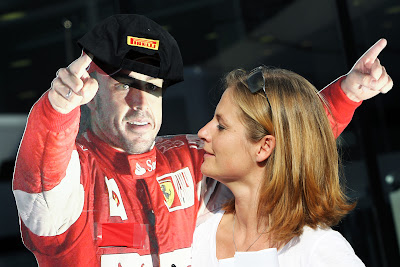 ненастоящий Фернандо Алонсо в кепке Pirelli на Гран-при Италии 2011