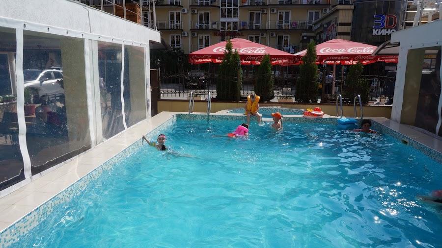 Бассейн при отеле