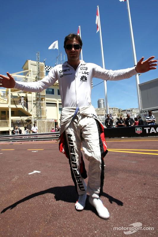 Жером Д'Амброзио разводит руками на трассе Гран-при Монако 2011