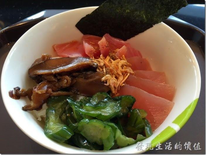 老實說個人對這《飯樂丼(Fun Rice)》日本丼飯專賣店有點給它小小的失望,因為看圖片上的照片,感覺應該蠻豐富且生魚片也蠻多的,可是點了之後實際才發現並沒有想像中的大碗,生魚片也不是很大一片,跟其他丼飯比起來啦!比如說在中國信託附近的「船屋」平價日本料理相較之下,就顯得性價比(CP值)稍稍給它不足。原本還以為以後不一定只有「船屋」生魚片可以要吃,這下希望幻滅了!