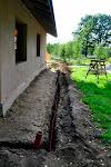 Mājai pa perimetru ierakta 110mm caurule lietus ūdeņu aizvadīšanai.