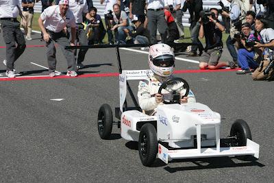Камуи Кобаяши в болиде Sauber Soapbox на Гран-при Японии 2011