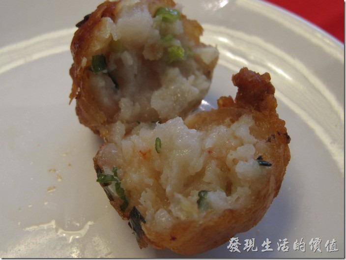 台南-阿美飯店。冷盤-蝦棗。把蝦子去殼後挑沙拍爛後與其他食材混在一起搓揉成丸狀,放入熱鍋油炸至金黃色。這蝦棗好吃。