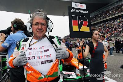 Нил Дики демонстрирует футболку на стартовой решетке у машины Force India Нико Хюлькенберга на Гран-при Китая 2012