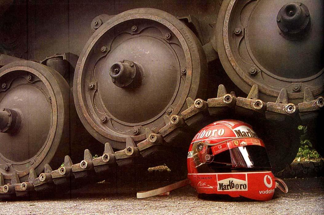 шлем Михаэля Шумахера под гусеницей танка