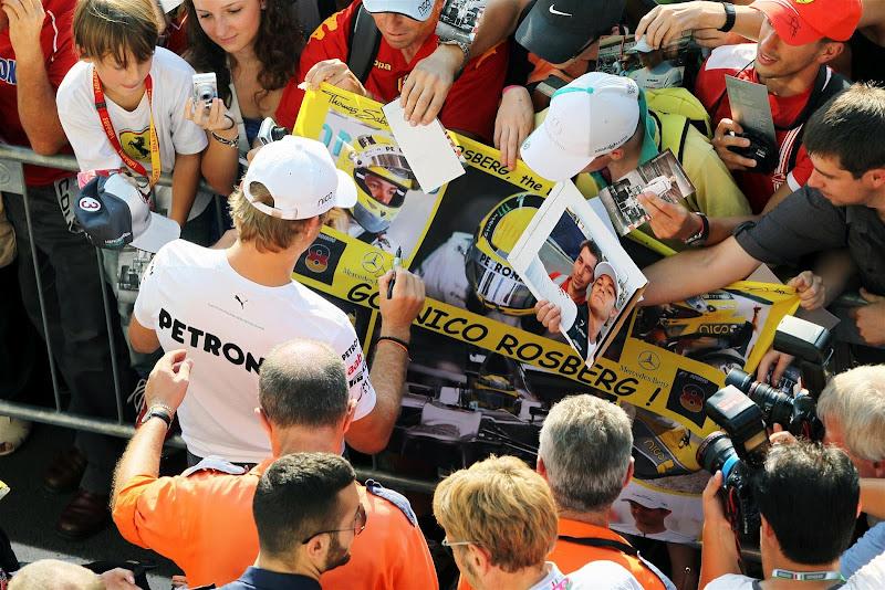 Нико Росберг подписывает баннер болельщиков на Гран-при Италии 2012
