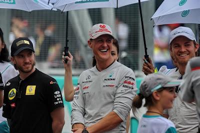 Ник Хайдфельд Михаэль Шумахер Нико Росберг смеются на параде пилотов Куала-Лумпура на Гран-при Малайзии 2011