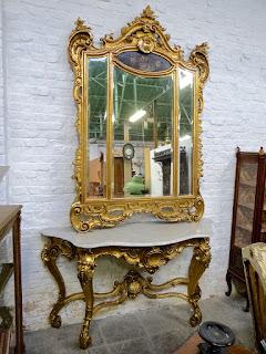 Большое антикварное зеркало с консольным столиком. ок.1850 г. Дерево, резьба, золочение. Зеркало 144/210 см. Столик 186/63/102 см. 6500 евро.