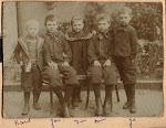 Op de foto van links naar rechts: Karel, Jan, Dien Harrie en Jo Serné. De foto is waarschijnlijk rond het jaar 1900 genomen