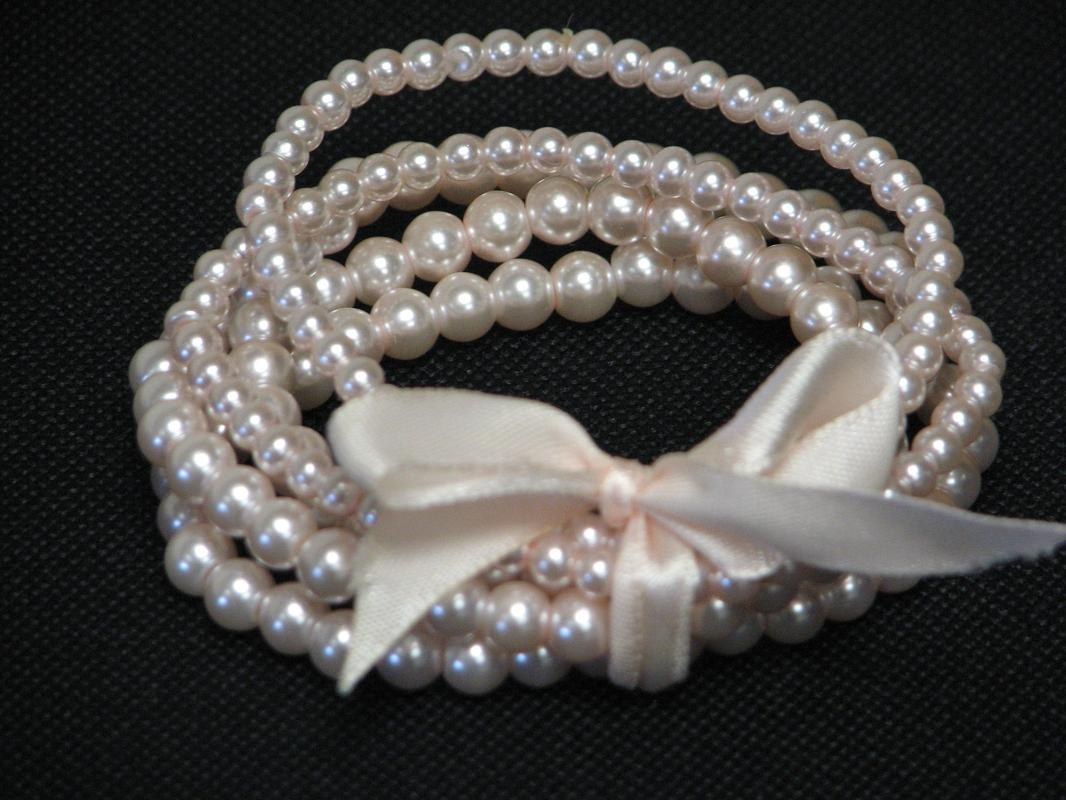 bracelet in dusty pink.