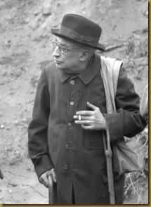 L'abbé Henri Breuil en visite  sur un chantier de fouilles près de Mons le 19 février 1954.