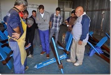 Durante la recorrida, el mandatario comunal conversó con los trabajadores que encabezan las tareas de construcción de la nueva señalética de calles para Santa Teresita y San Bernardo