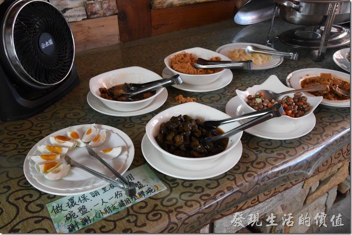 南投清境-珂之幄山莊。清境珂之幄山莊民宿的早餐菜色。就是一般台灣早餐常見的菜色,鹹鴨蛋、醬瓜、花生、豆腐乳、麵筋...等
