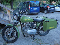 Bei der Unterkunft in Saint-Andre-les-Alpes am Lac de Castillon. Schönes altes Bike mit Dieselaggregat.
