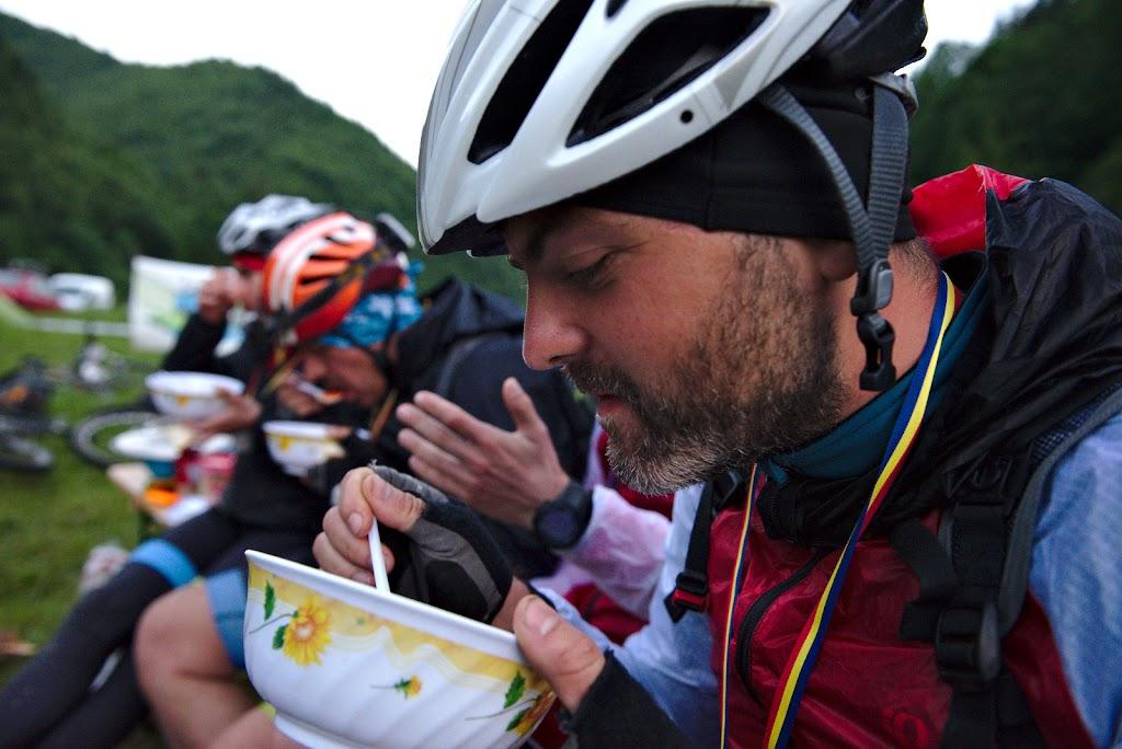 Doru din echipa Valea Rea bucurandu-se de o a doua portie dupa 300 de kilometri de concurs.