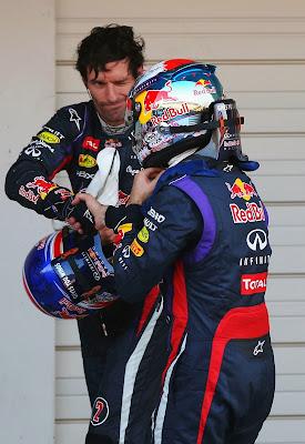 Марк Уэббер подмигивает Себастьяну Феттелю после гонки на Гран-при Японии 2013