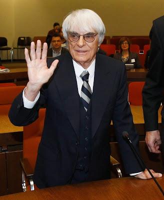 Берни Экклстоун машет рукой в суде в Мюнхене