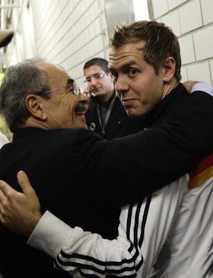 Себастьян Феттель обнимается с усатым мужиком на футбольном матче на Гран-при Германии 2011