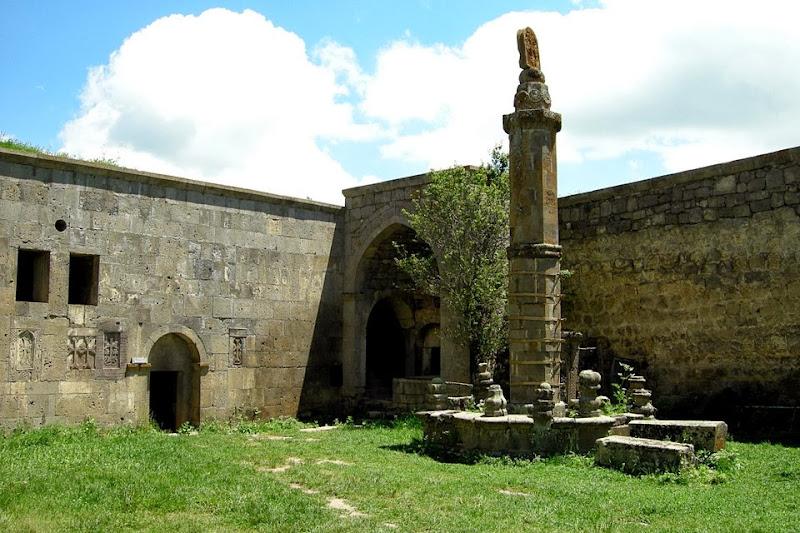 Kolumna Gawazan - zdj. znalezione tutaj: http://voyages.domnik.net/img-fr/09am-armenie/24/