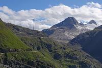 Nufenenpaß, Westrampe. Windenergieanlagen bei der Staumauer des Griessee.