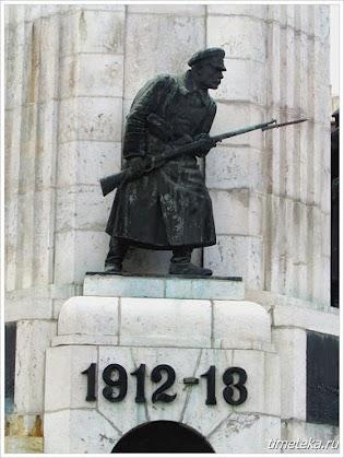 Скульптура солдата. Монумент Мать Болгария