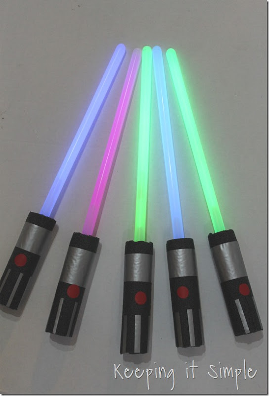 DIY-Glowing-Star-Wars-Light-Sabers (18)