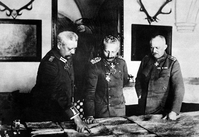 El mariscal Hindemburg (izqda.), el Kaiser Guillermo II (centro) y el general Ludendorff (dcha.) durante la Primera Guerra Mundial